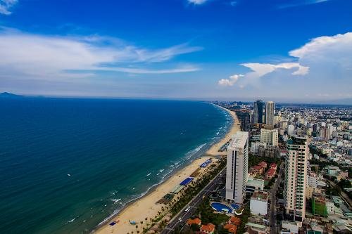 Toàn cảnh ven biển Đà Nẵng với nhiều bãi tắm đẹp, góp phần thu hút du khách, phát triển du lịch.