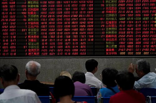 Nhà đầu tư tại một công ty môi giới chứng khoán ở Thượng Hải (Trung Quốc). Ảnh: Reuters
