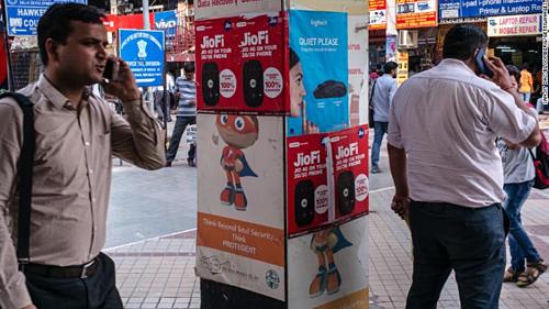 Quảng cáo các dịch vụ của mạng Reliance Jio trên đường phố Ấn Độ. Ảnh: CNN