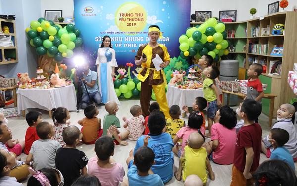 Các bé chơi trò chơi đố vui để nhận quà trong chương trình doCông ty Cổ phần Dược phẩm GoldHealth Việt Nam tổ chức.