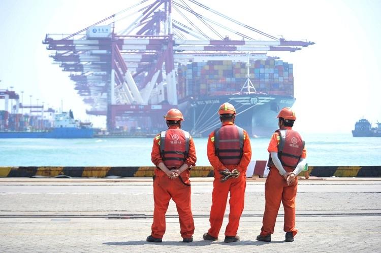 Công nhântại cảng Thanh Đảo, tỉnh Sơn Đông, Trung Quốc ngày 10/6. Ảnh: Reuters