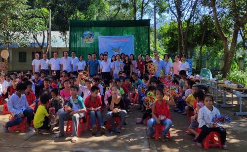 Đoàn thiện nguyện của Mcredit chụp ảnh tập thể  cùng giáo viên và học sinh nhà trường