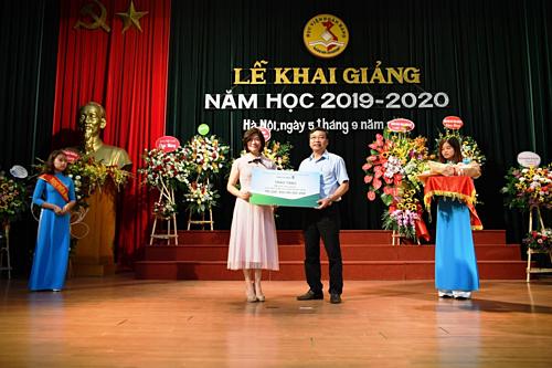 Đại diện Vietcombank trao học bổng cho sinh viên trường Học viện Ngân hàng.