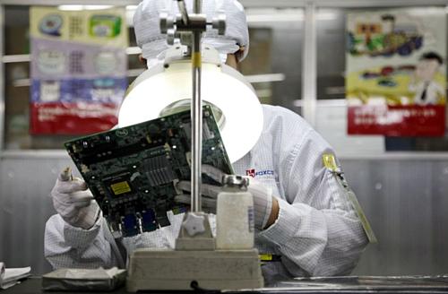 Một công nhân trong nhà máy của Foxconn. Ảnh: Bloomberg