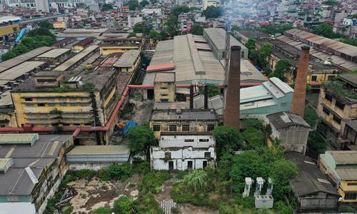 Khu vực đường Nguyễn Trãi một số nhà máy vẫn đang hoạt động dù luôn có tên trong danh sách các cơ sở ô nhiễm. Ảnh: Ngọc Thành