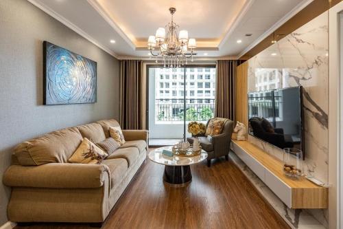Phòng khách căn hộ Sunshine Garden với ban công rộng.