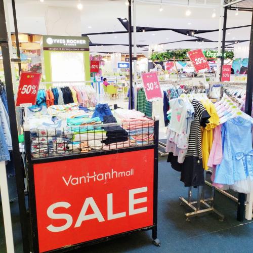 Nhiều gian hàng tại Vạn Hạnh Mall giảm giáđón trung thu.