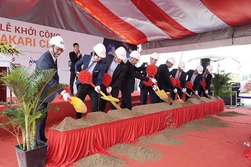 Đại diện chủ đầu tư, tổng thầu và các đối tác Nhật Bản thực hiện nghi thức khởi công.