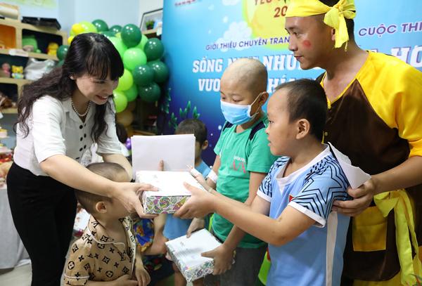 Bà Nguyễn Thị Vũ Thành,Phó tổng giám đốc Công ty Cổ phần Dược phẩm GoldHealth Việt Nam tận tay tặng quà cho các em nhỏ, động viên các em vượt qua nỗi đau bệnh tật.