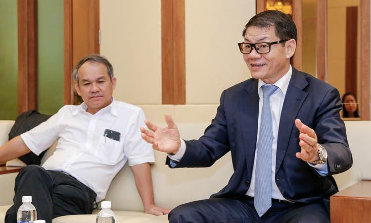 Ông Trần Bá Dương (bên phải) cùng ông Đoàn Nguyên Đức chia sẻ tại buổi kỷ niệm một năm Thaco đầu tư vào HAGL.