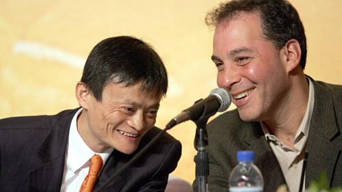Jack Ma và COO Yahoo Daniel Rosensweig năm 2005. Ảnh: AFP