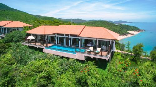 Một biệt thự biển vừa có hồ bơi riêng, vừa có hướng nhìn ra biển,tại khu nghỉ dưỡng Lagoona Lăng Cô (Huế).