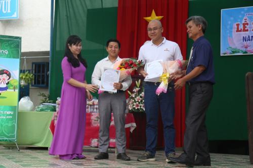 Lãnh đạo nhà trường trao hoa và bằng khen cho đại diện thương hiệu Amazing