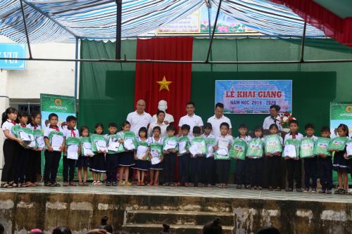 Các học sinh vàgiáo viên trường tiểu học Chu Văn An nhận quà từ quỹ Amazing Care.