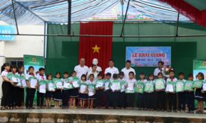 Quỹ Amazing Care tặng quà trẻ em nghèo năm học mới