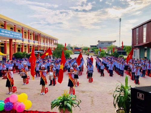 185 em học sinh trường Tiểu học Trường Thành trang nghiêm trong buổi lễ chào cờ đầu năm học.