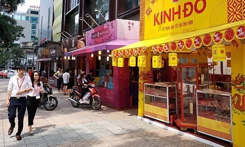 Các quầy bánbánh trung thu san sát nhau trên phố Bà Triệu,Hà Nội. Ảnh: Anh Tú