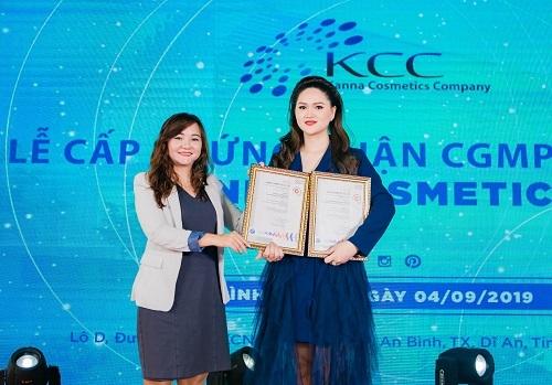 Tổ chức chứng nhận SGS đã trao giấy chứng nhận CGMP- SGS cho đại diện nhà máy của Kanna Cosmestics.