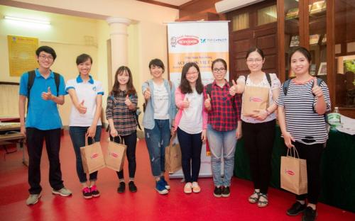 Sinh viên Việt Nam tại một lễ trao học bổng Acecook.
