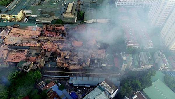 Khói bụi từ đám cháy nhà kho Công ty Rạng Đông một ngày sau vụ việc xảy ra. Ảnh: Ngọc Thành.