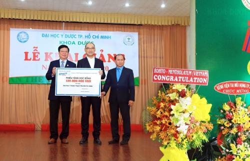 Đại diện Công ty Rohto - Mentholatum (Việt Nam) trao tặng học bổng cho trường ĐH Y Dược TP HCM