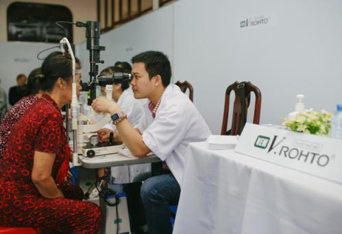 Nhãn hàng New V.Rohto tổ chức chương trình mổ mắt đục thủy tinh thể dành cho bệnh nhân có hoàn cảnh khó khăn.