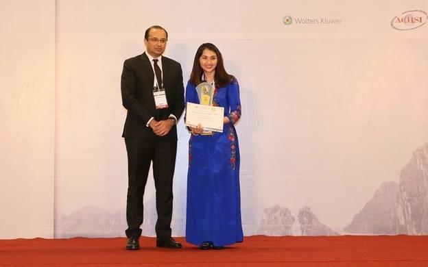 Bà Nguyễn Thục Anh – Tổng giám đốc Bệnh viện Quốc tế Hạnh Phúc đón nhận  giải Vàng HMA
