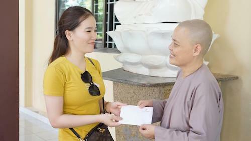 Đại diệnViện thẩm mỹ Diva trao tiền hỗ trợ để chùa có thêm kinh phí nuôi dưỡng các em nhỏ.