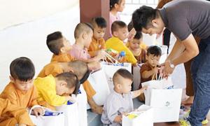 Viện thẩm mỹ Diva tặng quà cho trẻ em mồ côi tại chùa Pháp Tánh