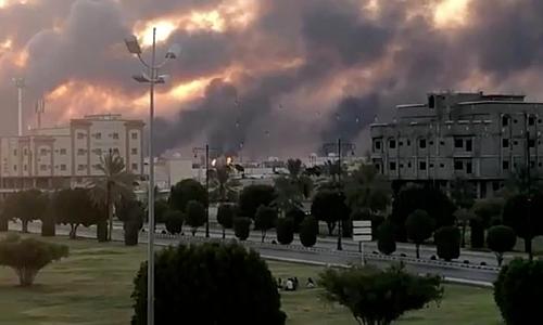 Khói bốc lên từ nhà máy của Aramco sau khi bị tấn công. Ảnh: Reuters