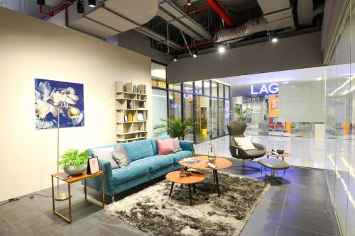 Showroom cũng giới thiệuhương hiệu nội thất Đan Mạch (thành lập năm 1852)mang đậm phong cách Bắc Âu với lối sống Hygge (hạnh phúc từ những điều giản đơn). Bằng sự đa dạng phong cách nội thất và thái độ phục vụ tận tình, am hiểu sản phẩm từ đội ngũ tư vấn dày dặn kinh nghiệm của AKA Furniture Group, khách hàng sẽ có trải nghiệm mua sắm phong phú khi đến trung tâm nội thất Sun Plaza. Đồng thờikhám phá thêm sự tinh tế, mới mẻ qua từng câu chuyện về cách thiết kế, phối kết chất liệu công phu để tạo tác ra các sản phẩm.