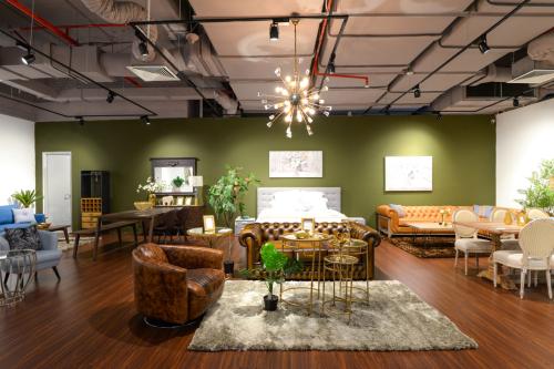 Với quy mô 3.000m2, trung tâm nội thất Sun Plaza toạ lạc tại tầng 3, 69 ThụyKhuê, quận Tây Hồ, Hà Nội. Showroom hội tụ những thương hiệu nội thất hàng đầu thế giới, từ các quốc gia nổi tiếng về thiết kế nội thất trong hàng trăm năm như Italy, Pháp, Đan Mạch... Những thương hiệu được trưng bày gồm Nhà Xinh, BoConcept, Calligaris, Lago, Ligne Roset. Riêng Nhà Xinh là thương hiệu dẫn đầu thị trường nội địa trong suốt 20 năm qua. Nhằm phát triển thương hiệu Việt bằng nội lực, Nhà Xinh chú trọng thiết kế và sản xuất nội thất trong nước.