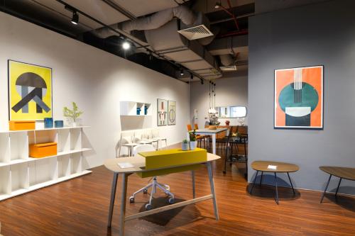 Với thương hiệu Calligaris (Italy, từ 1923), không gian trưng bày theo phong cách thiết kế thông minh, hiện đại có tính ứng dụng cao. Đây là thương hiệu được yêu thích tại hơn 100 quốc gia và vùng lãnh thổ. Showroom tại trung tâm nội thất Sun Plaza là showroom thứ 4 của AKA Furniture Grouptại Việt Nam.