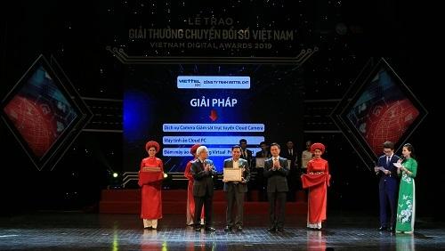 Ông .... (đứng giữa) nhận giải thưởng tại lễ trao giải chuyển đổi số Việt Nam.