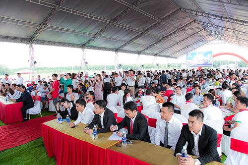 Khách hàng tham dự sự kiện khánh thành công viên trung tâm.