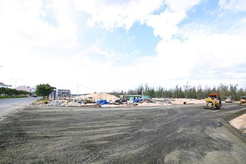 Tuyến đường dẫn vào dự án đã hoàn thành rải thảm nhựa.