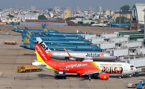 Máy bay hạ cánh xuống sân bay.