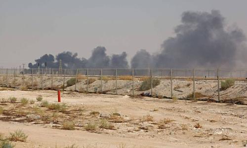 Khói bốc lên từ nhà máy của Aramco sau khi bị tấn công. Ảnh: AFP