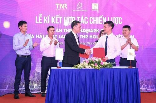 Đại diệnTNR Holdings Việt Nam và đơn vị phân phối dự án Hải Phát Land ký kết tại sự kiện.