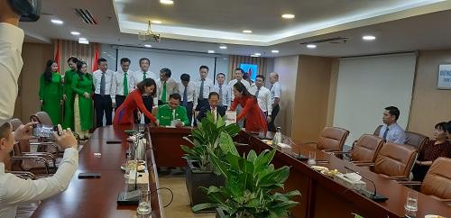 Lãnh đạo Mai Linh (bên trái)và PVOIL ký kết hợp tác.