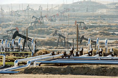 Khu vực khai thác dầu đá phiến tại Kern County, California, Mỹ. Ảnh: SWJ