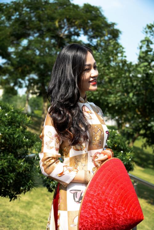 Mẫu áo dài lụa có sự sắp xếp hình khối và trang trí độc đáo thể hiện sự năng động, mới mẻ của người phụ nữ Việt Nam hiện đại.