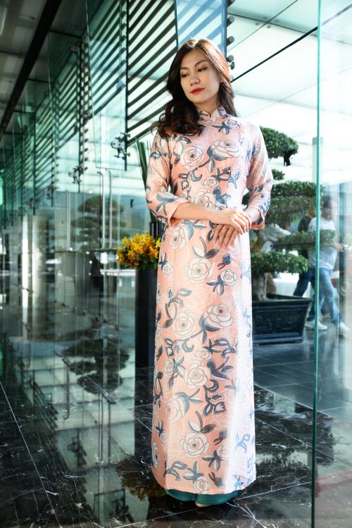 Bộ áo dài thiết kế kín đáo, màu sắc và họa tiết được lồng ghép kỳ công, tôn lên vẻ đẹp dịu dàng, giản dị của người con gái Việt.