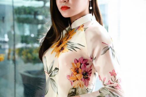 Không chỉ chú trong cách vẽ họa tiết và phối màu, áo dài lụa tơ tằm của Luxury Silk còn được khâu tay thủ công đầy cẩn trọng và tỉ mỉ.