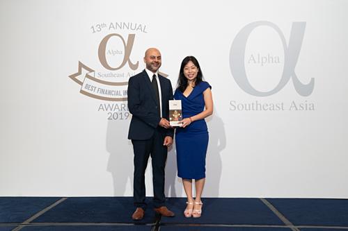 Đại diện Vietcombank tại Singapore nhận giải thưởng Ngân hàng tốt nhất Việt Nam của Tạp chí Alpha SEA