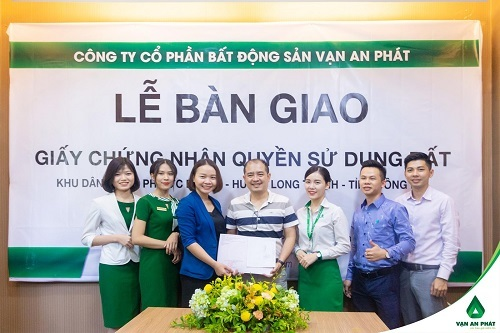 Đại diện chủ đầu tư bà Vũ Thị Chi trao Giấy chứng nhận Quyền sử dụng đất cho anh Nguyễn Trung Dũng.