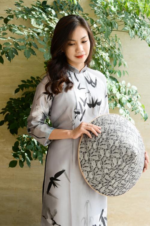 Bên cạnh những màu sắc tươi sáng, Luxury Silk còn có mẫu áo dài màu xám với các họa tiết nổi bật như lá tre, hoa sen, cánh cò. Đó là biểu tượng của làng quê Việt Nam mộc mạc nhưng không kém phần sang trọng.