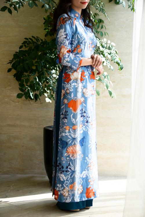 Vẫn là những cành hoa lá nhưng trong bộ áo dài này, Luxury Silk kết hợp màu sắc mạnh mẽ hơn khiến người mặc nổi bật giữa đám đông.