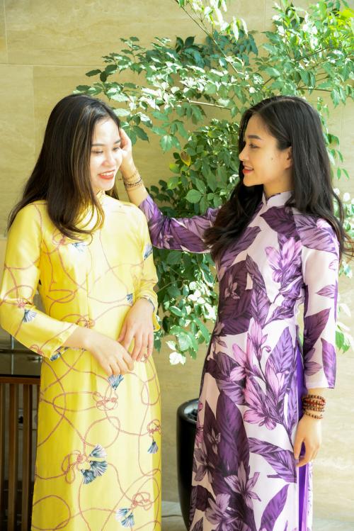Hai mẫu áo dài lụa tơ tằm có màu sắc khác biệt nhưng khi đứng cạnh nhau lại thể hiện tính thời trang và nghệ thuật.
