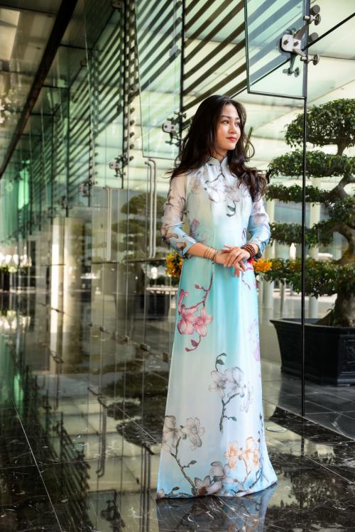 Luxury Silk - Limited là sựkết hợp màu sắc của các loài hoa và phong cảnh của Việt Nam. Thiết kế đầu tiên trong bộ sưu tậptoát lên nét đẹp của chất liệu tơ tằm, mang lại cảm giác thanh cao và tươi trẻ cho người phụ nữ Việt.